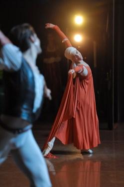 Elisa Badenes as Juliet, David Moore as Romeo