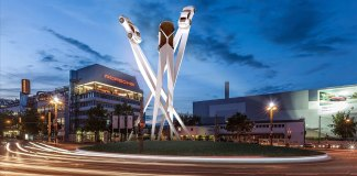 Porsche SE wins another Appeals Court case: Porscheplatz and sculpture draft at night. Credit: Porsche AG