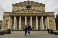 Friedemann Vogel und Alicia Amatriain vor dem Bolschoi Theater