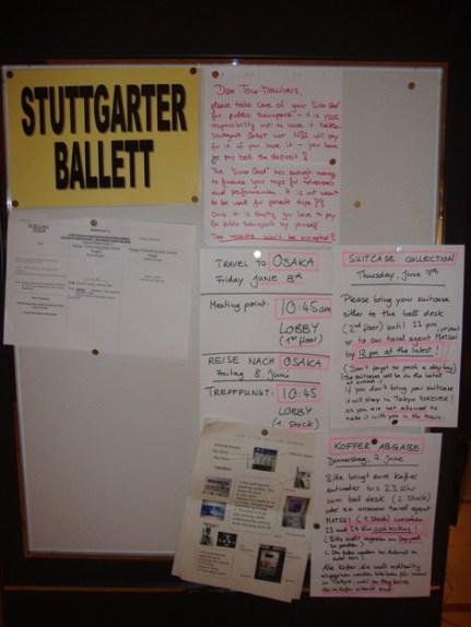 """Japan-Gastspiel, """"Schwanensee"""": Reiseorganisation am Company-Board, weiter geht es nach Osaka, Foto: Stuttgarter Ballett"""