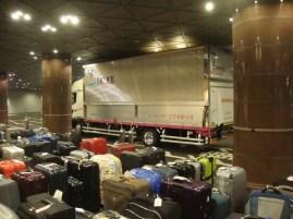 """Japan-Gastspiel, """"Schwanensee"""": Die Koffer reisen im LKW, Foto: Stuttgarter Ballett"""