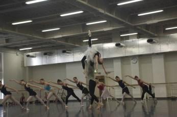 """Japan Gastspiel: Im Ballettsaal: Proben zu """"Schwanensee"""" (Anna Osadcenko, Evan McKie und Ensemble), Foto: Stuttgarter Ballett"""