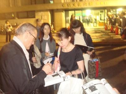 Japan Gastspiel: Ballettintendant Reid Anderson trifft Fans am Bühnenausgang, Foto: Stuttgarter Ballett