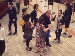 """Japan-Gastspiel, """"Schwanensee"""": Ballettintendant Reid Anderson mit Gästen im Foyer des Bunka Kaikan Theaters, Foto: Stuttgarter Ballett"""
