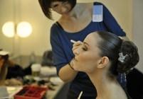China-Gastspiel, Olympia (Miriam Kacerova) wird für ihren Auftritt schön gemacht, Foto: Roman Novitzky