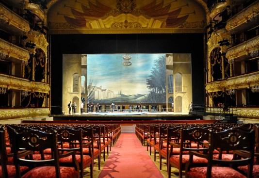Der Blick vom Zuschauerraum auf die Bühne
