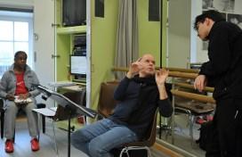 James Tuggle mit Demis Volpi im Probensaal, im Hintergrund Korrepetitor George Bailey