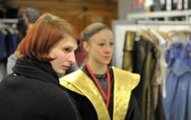 Kostümbildnerin Katharina Schlipf mit Angelina Zuccarini bei einer Anprobe