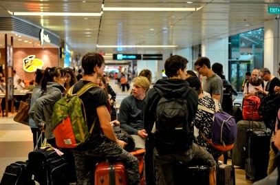 Die Compagnie am Check-in Schalter, auf dem Weg nach Singapur