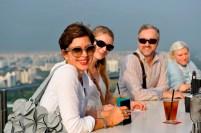 Susanne Klein, Kerstin Stahl, Stefan Fuge, Johanna Doring aus der Kostümabteilung nutzen eine freie Stunde und genießen den Blick über die Marina Bay in Singapur.
