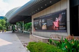 Die Vorderseite des Esplanade Theater mit dem Poster für unsere Onegin Vorstellungen