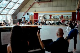Miriam Kacerova, Alexander Jones proben den ersten Akt – am Klavier: Catelijne Smit und Dirigent James Tuggle