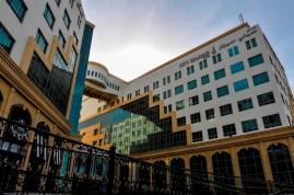 Unser Hotel liegt im Stadtteil Al Khuwair in Muscat. Von der Dachterrasse aus kann man sowohl den Golf von Oman als auch die Berge sehen!