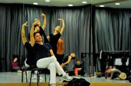 """Tamas Detrich bei einer Probe für die erste Vorstellung von """"Der Widerspenstigen Zähmung"""" mit Miriam Kacerova und David Moore als Bianca und Lucentio."""