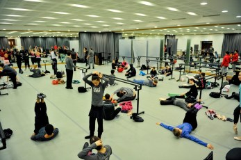 Zur gleichen Zeit im Theater bereiten sich die Tänzer auf das Training vor.