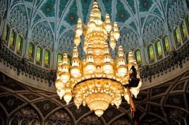 Impressionen aus Oman: Die Innenseite der Kuppel. Der große Gebetsraum der Sultan Qabus Moschee bietet Platz für über 6000 Menschen - und einen riesengroßen Kronleuchter.