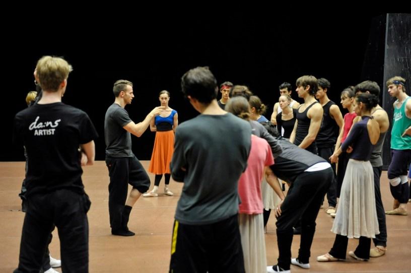 Sidi Larbi Cherkaouis Assistent Jason Kittelberger mit den Tänzern