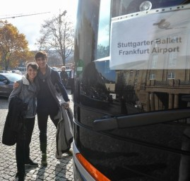 Rocio Aleman und Martí Paixa vor dem Bus in Stuttgart.