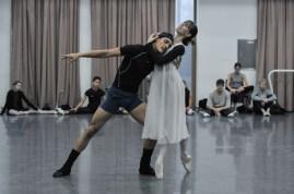 Obwohl wir noch in Korea sind, proben wir schon für die kommenden Vorstellungen in Japan. Hier seht ihr zum Beispiel Elisa Badenes und Daniel Camargo bei der Balkon-Szene in Romeo und Julia.