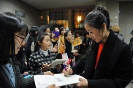 Auch sie hat viele koreanische Fans: Hyo-Jung Kang gibt nach der Vorstellung Autogramme.