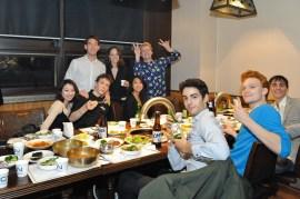Die Compagnie genießt das koreanische Barbecue.