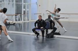 Krzysztof Nowogrodzki in der Probe für Hommage à Bolshoi mit Alicia Amatriain und Constantine Allen