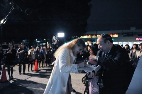 Nach der Vorstellung warten die japanischen Fans: Alicia Amatriain gibt Autogramme