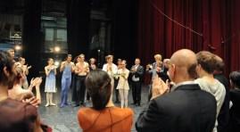 """Nach der Vorstellung: Alicia Amatriain mit ihrem Preis - dem """"Faust"""""""