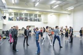 Probe zu Romeo und Julia: Thierry Michel, Reid Anderson, Tamas Detrich, Krzysztof Nowogrodzki und Rolando D'Alesio mit den Tänzern