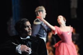 Jason Reilly als Onegin im dritten Akt mit Anna Osadcenko und Robert Robinson