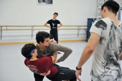 Demis Volpi probiert mit Özkan Ayik und Martí Fernandez Paixa
