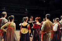 Die Ballettmeister geben Korrekturen in der Pause