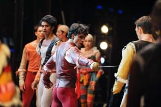 Pablo von Sternenfels als Mercutio, Robert Robinson als Tybalt, dahinter Constantine Allen als Romeo und Louis Stiens als Benvolio
