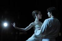 David Moore als Romeo und Elisa Badenes als Julia