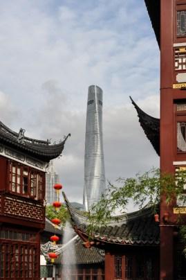 Alt trifft neu: Hinter den alten Häusern in der Nähe des Yu Garten ragt Shanghais höchster Wolkenkratzer hervor.