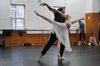Alicia Amatriain als Julia und Constantine Allen als Romeo