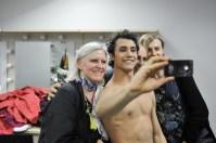 Selfie-Time: Pablo von Sternenfels in der Garderobe mit Johanna Doring, Alain Balloy (Kostümabteilung) und Samira Raedcher (Maske)
