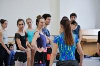 Gute Stimmung bei der Probe: Katarzyna Kozielska mit den Tänzern