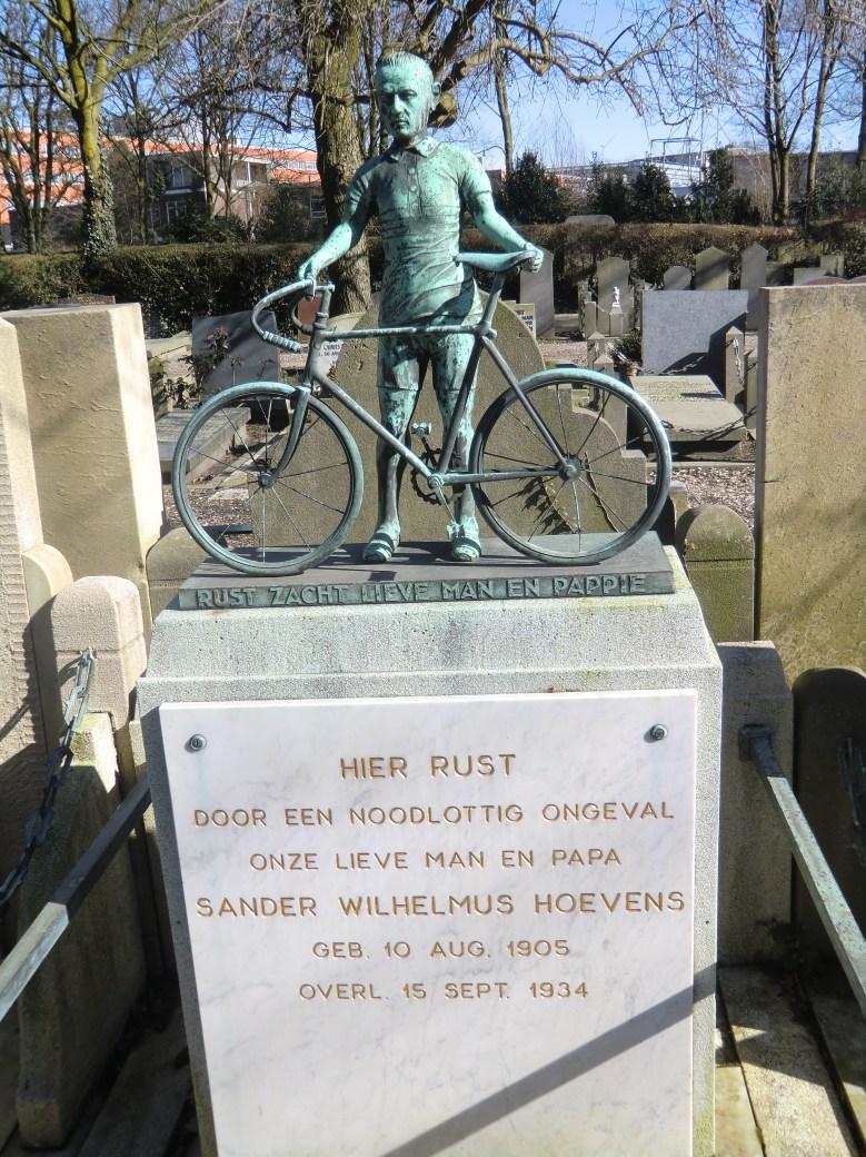 Het graf van Sam Hoevens op kerkhof Vredenhof in Amsterdam. Sam een beroepsrenner uit de jaren dertig, verongelukte samen met Flip Rijnders en Klaas van Nek.