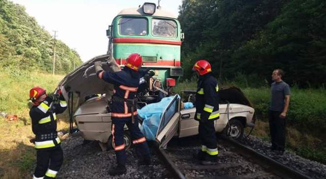 На Івано-Франківщині поїзд зіткнувся з автомобілем (фото, доповнено)