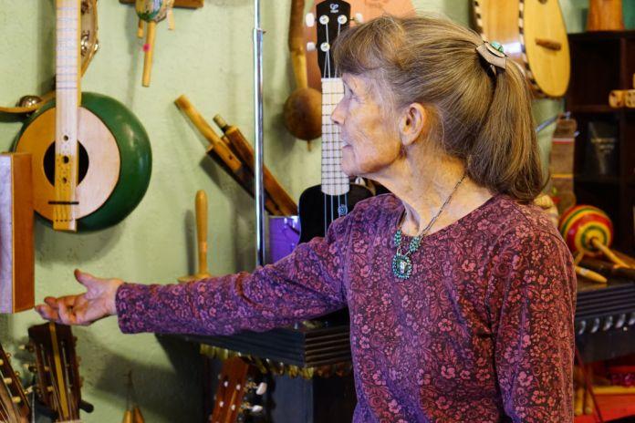 eine ältere dame zeigt ihre selbstgemachten instrumente in new mexico usa