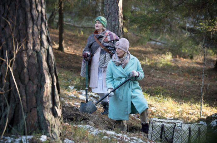 Aus Angst. entdeckt zu werden, vergraben die Bankräuberinnen ihre Beute vorerst im Wald