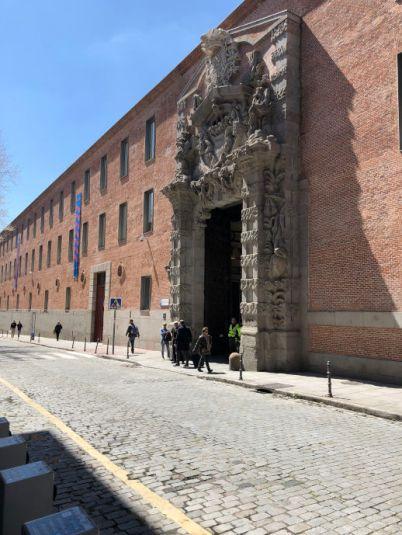 Eingang des Centro Cultural de Conde Duque eine weniger touristische Sehenswuerdigkeit Madrids