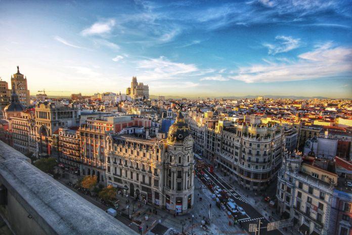 Madrid von oben mit Blick auf Sehenswürdigkeit Gran Via