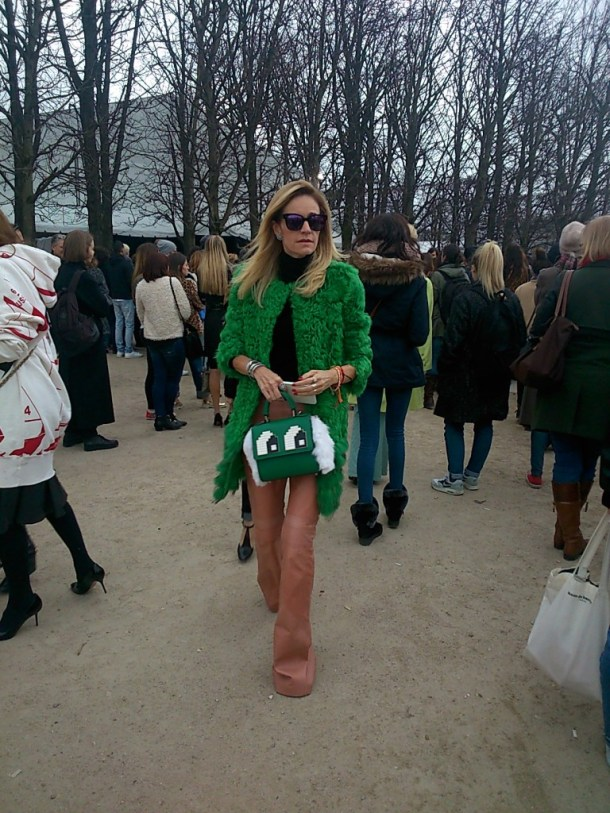 """Love the flared leather pants in 70's style as well as the green jacket and """"les petits joueurs"""" handbag. Very chic!"""