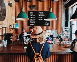 rencontrer une femme dans un café.