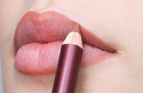 shaping your lips with lip Pencil_01