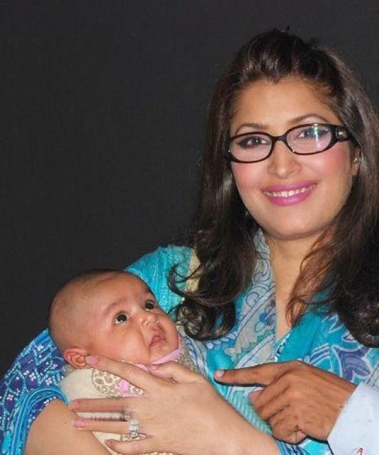 Vaneeza Ahmed Wedding Pics 17 With baby Anaya.
