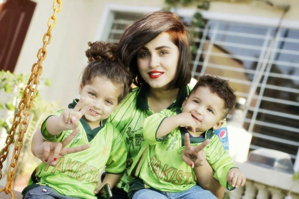 Pakistani Celebrities Supporting The Green Team Pakistan