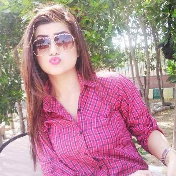 Which Pakistani Celebrities Are Selfie Junkies002